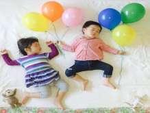 أم يابانية تحول نوم طفليها إلى مغامرات نادرة