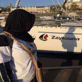 اللجنة الدولية لكسر الحصار: سفينة زيتونة بخير وتواصل الابحار تجاه غزة رغم الظروف الجوية الصعبة