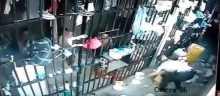 سجين يمسك حارسة سجن من شعرها