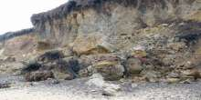 بالصور.. رجل يُدفن حياً تحت الرمال ليُنقذ زوجته