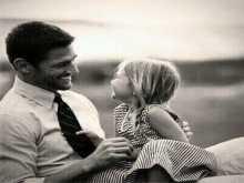 حضن الأب يساعد الفتاة لإختيار شريك حياتها