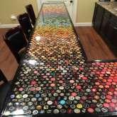 5 سنوات يجمع أغطية الزجاجات لتصميم ديكور مطبخه