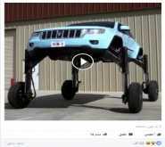 بالفيديو.. سيارة تسير فوق العربات