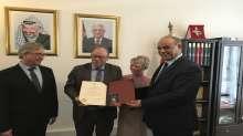 الرئيس عباس يمنح ثلاثة منتخبين فرنسيين مواطنة الشرف الفلسطينية