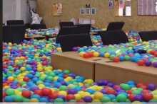 مدير يملأ شركته بربع مليون كرة ملونة