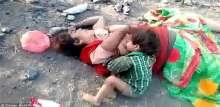 صورة هزت العالم..طفل هندي يحاول أن يرضع من أمه الميتة!