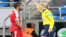 لاعب تركي يقابل قرار طرده من حكمة مباراة بقرار عجيب