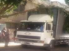 دفاع مدني قلقيلية يحرر مركبة شحن عالقة بشجرة بالمدينة