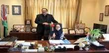 الوزير صيدم يكرم طالبة من ذوي الإعاقة السمعية