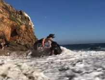 زوجان يتعرضان لموقف محرج على شاطئ البحر