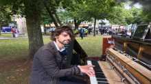 رجل يعزف على بيانو دون توقف للتواصل مع حبيبته