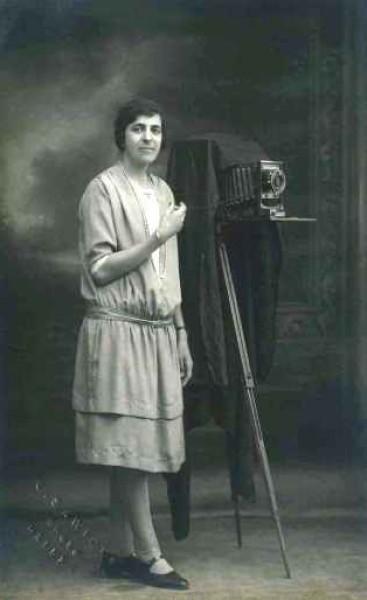"""قراءة في كتاب """"كريمة عبود :رائدة التصوير النسوي في فلسطين """""""