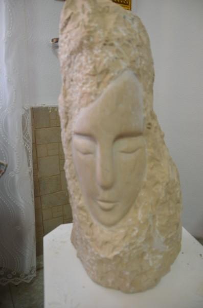 الفنان التشكيلي حكمت خريس يُكرِّم الشاعر كمال ابراهيم بمنحوتة خاصة