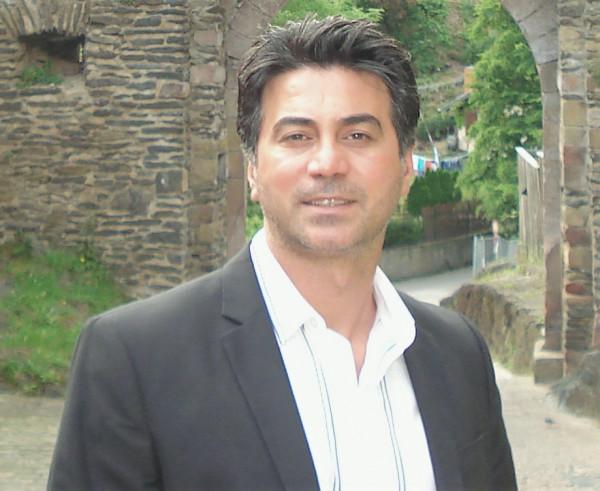 الدكتور الأنيق لا يضرب إلّا بالهراوات بقلم:د. أحمد سليمان العمري