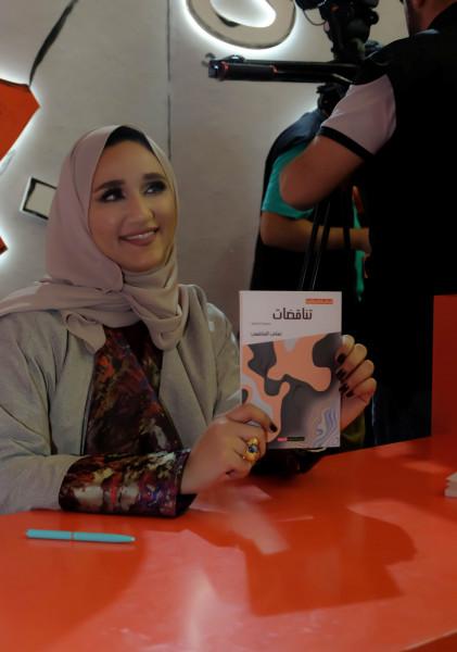 """الروائية الاماراتية تهاني الهاشمي توقع مجموعتها القصصية """"تناقضات"""""""